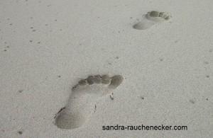 footprints-541177_1280